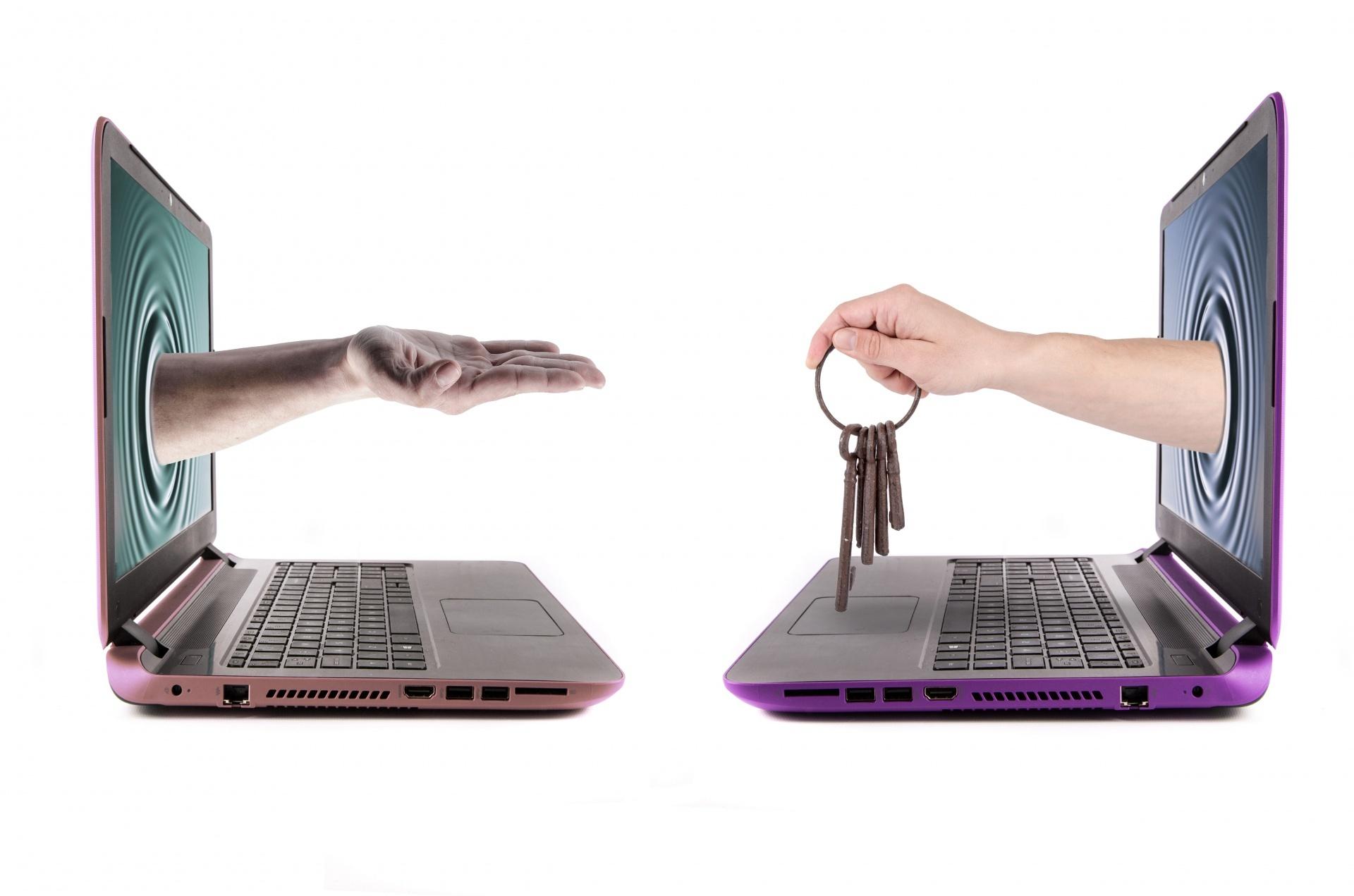 hand-holding-old-keys-1462981136Ul1-1